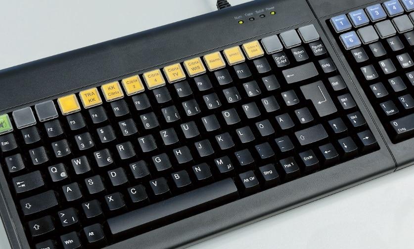 Zum Einsatz kommen Multifunktionstastaturen, welche die KVMMatrix direkt steuern und über dedizierte Taster vorab festgelegte Darstellungsszenarien abrufen können.