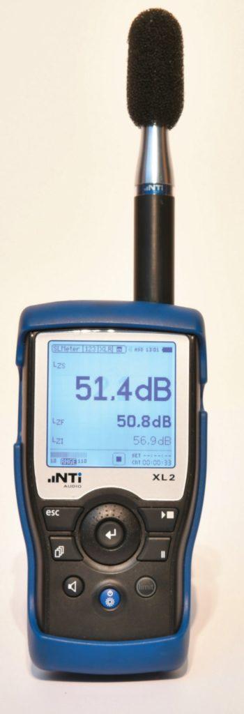 Handpegelmesser XL2 mit M2210 Messmikrofon. Das relativ preisgünstige Gerät des Liechtensteiner Herstellers NTI zählt zu den am meisten verbreiteten professionellen Handpegelmessern.