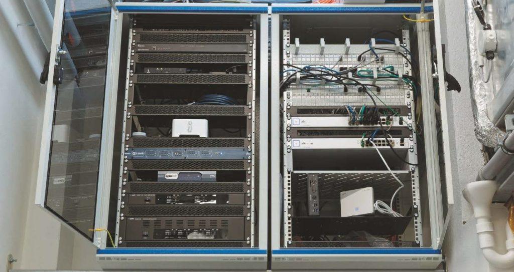 """Medientechnikkomponenten in einem 19""""-Schrank"""