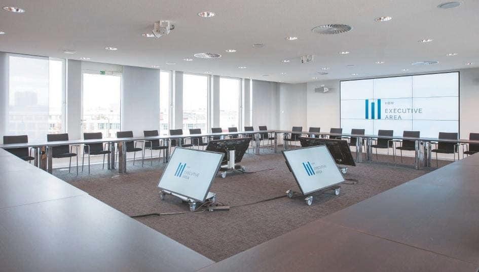 ExecutiveArea im sechsten Stock bietet einen Konferenzraum mit 3×3 Monitorwand und Kontrollmonitoren