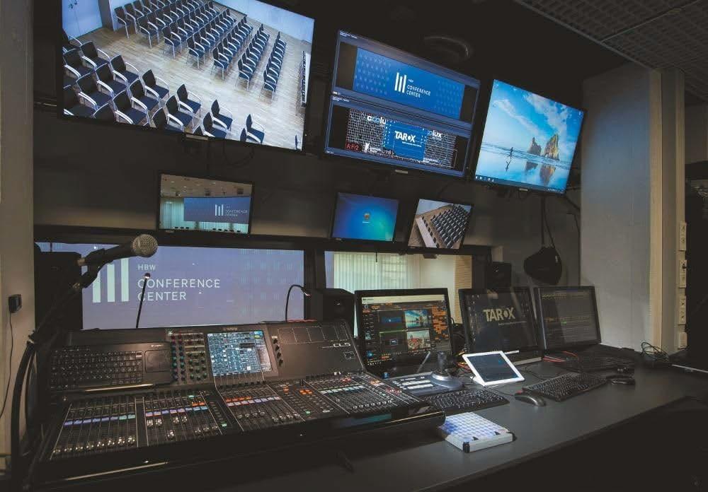 Regieraum mit Blick auf Panorama-Leinwand im Europasaal