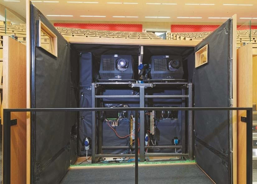 Eingehauste Projektoren im Gestühl eines großen Hörsaals, RTWH Aachen
