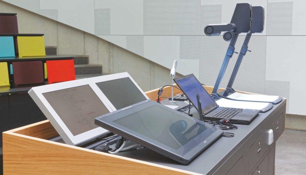 Dozentenpult mit zwei Novis-Mitschaumonitoren, Wacom Pen-Displays und WolfVision Vizualizern, RTWH Aachen