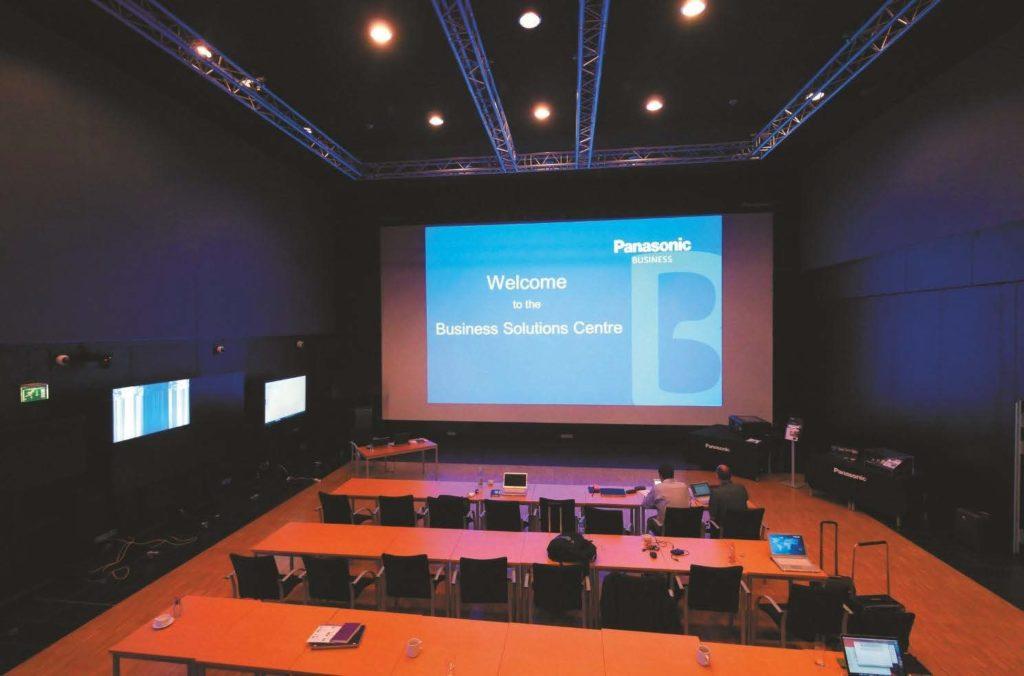 Der große Veranstaltungssaal, projiziert wird hier mit dem 3DLP Chip Solid Shine Projektor PT-RZ 12K auf eine 10 m × 5 m große Leinwand