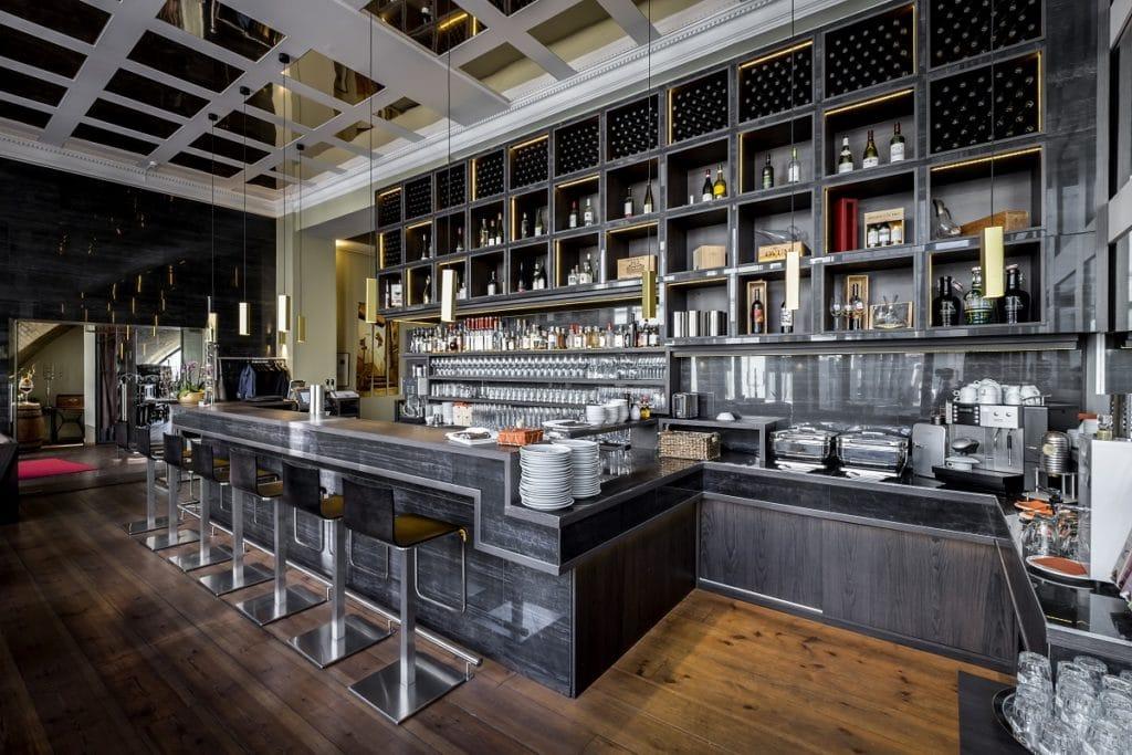 Im Barbereich eines Hotels oder Restaurants ist eine dekorative Beleuchtung sinnvoll, die das Angebot erkennen lässt, aber auch für Emotionen sorgt.