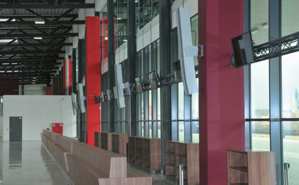 Die 2 m TOA-Zeilen, bestehend aus einer geraden und einer gekrümmten Einheit, erreichen die Halle in ihrer kompletten Tiefe von ca. 35 m