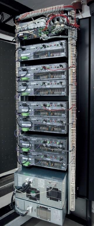 Foto 6: Blick ins Innere eines Zentralenschrankes mit dem Dynacord Promatrix- System, sieben DPA4260-Endstufen mit je 2 ¥ 600 W Leistung und – ganz oben – einer P64 zur zentralen Signalverarbeitung und Vernetzung