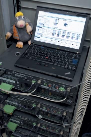 Foto 8: Steuerrechner in der Zentrale 2 mit der Bedienoberfläche für die gesamte Audio-Anlage. Links im Bild, Max Maulwurf, das knuddelige Maskottchen der Bahn, das sich immer gerne für Bauarbeiten aller Art verantwortlich zeigt.