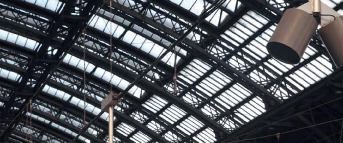 Foto 9: Eines von je sechs Störpegelmikrofonen (rot) pro Bahnsteig, die ebenfalls am Tragseil angebracht sind und eine selektive Messung auf den Bahnsteigen erlauben