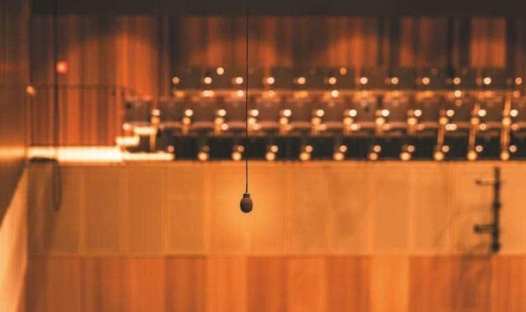 kING: Ein zum Constellation System gehörendes Mikrofon oberhalb des Orchesterbereichs
