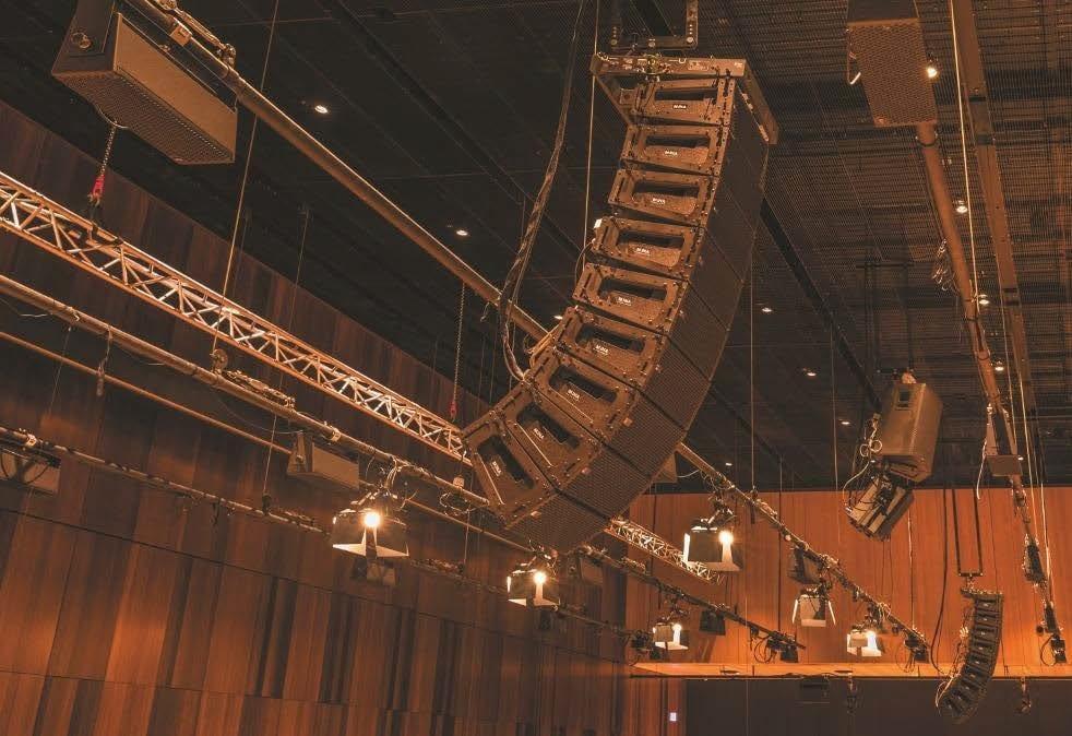 "Im Großen Saal der kING: Meyer Sound MINA ""Compact Curvi - linear Array""-Lautsprecher"