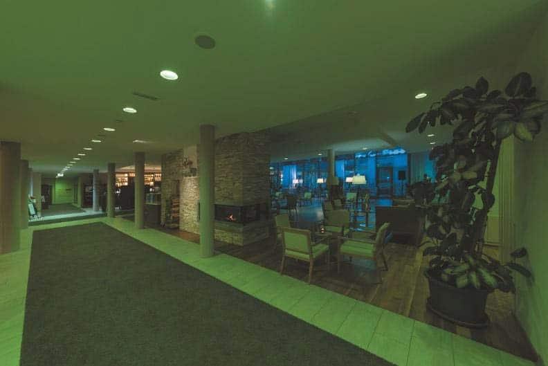 Downlights Atrium Ronq von Kiteo beleuchten die Lobby des Hotels Lambrechterhof in der Obersteiermark