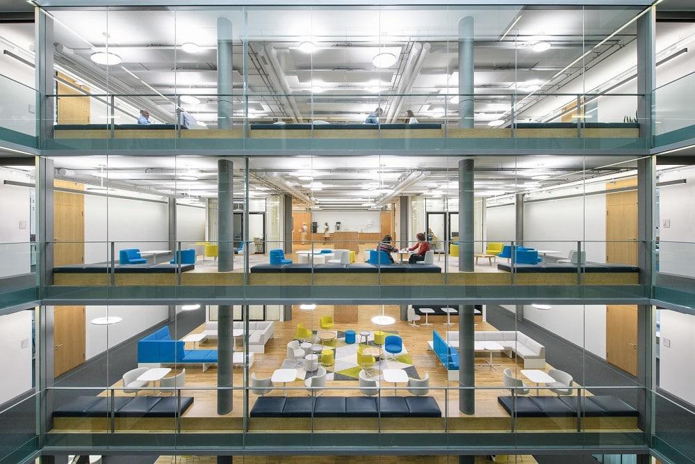 Auch Bayer setzt im Peter-Merian-Haus in Basel auf biodynamisches Licht von Waldmann.