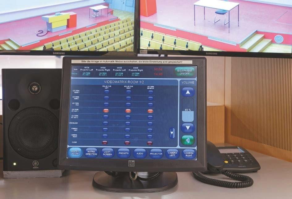 Steuerung im Regieraum von Hörsaal H 0104