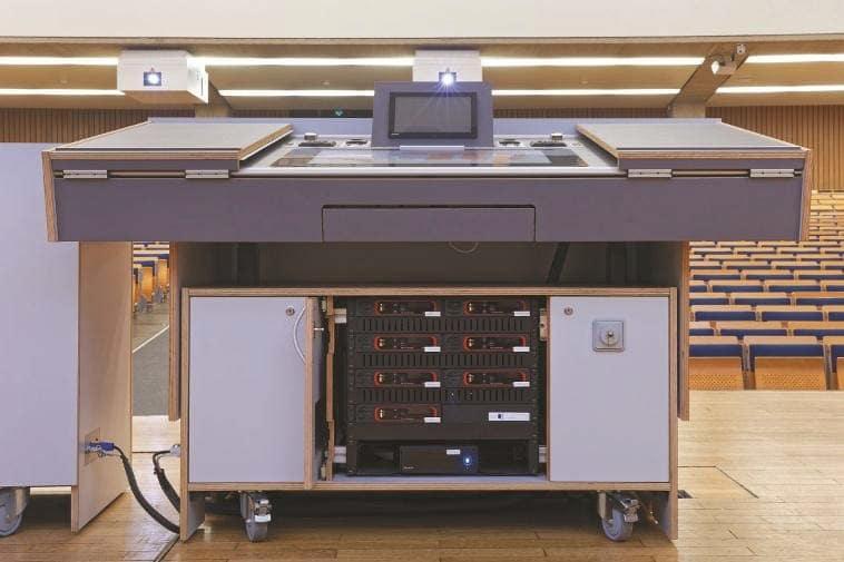 Im Audimax der TU Berlin: Unten im Dozentenmöbel sind TesiraLUX-Komponenten zu sehen