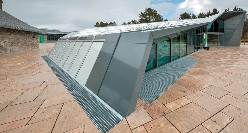 Im so genannten Adlerhof erscheint das Besucherzentrum als opaker Körper, der sich dynamisch aus dem Sockelgeschoss entwickelt.