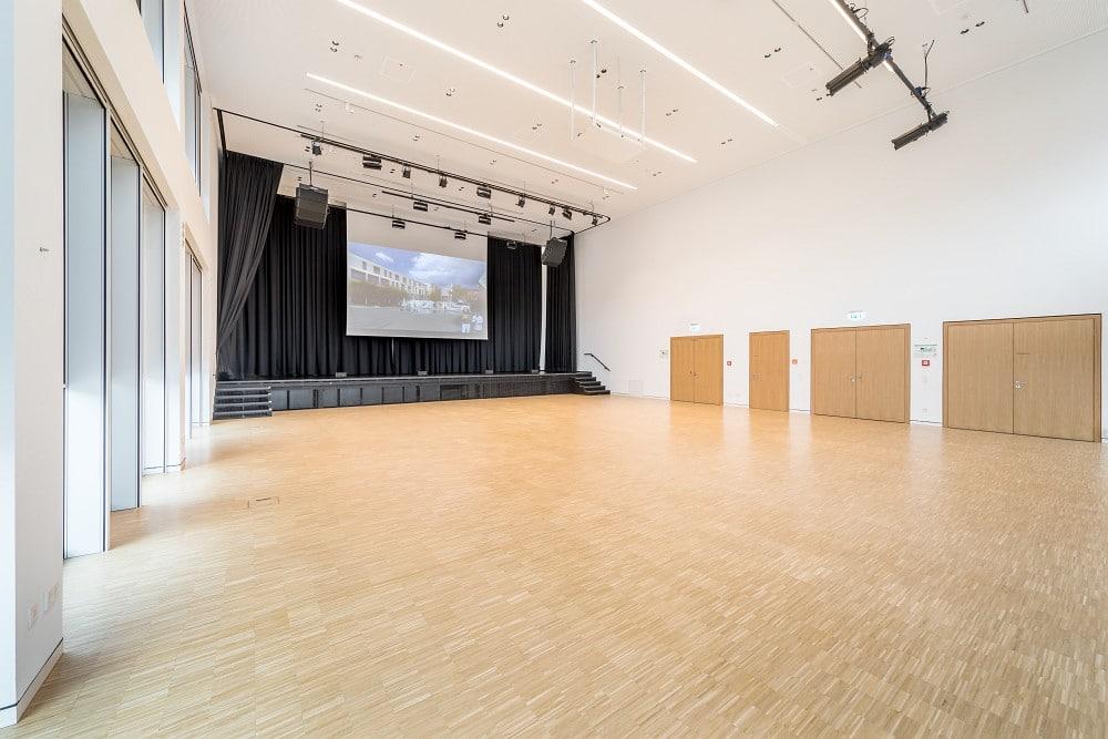 Der Große Saal im WBZ Ingelheim mit Blick auf die Bühne
