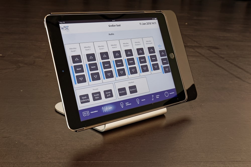 Für eine vereinfachte Bedienung der Ton- und Medientechnik sowie den Zugriff auf die wichtigsten Raumfunktionen ist im Großen Saal ein Apple iPad verfügbar