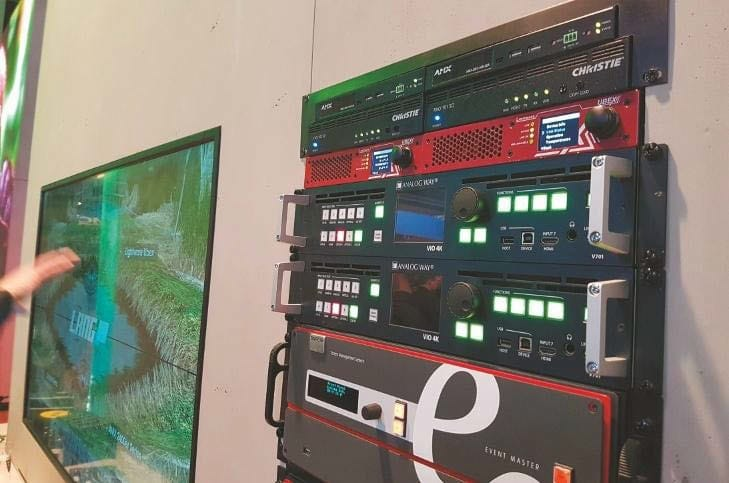 Testequipment am Stand der Lang AG mit AV Stumpfl 4K Raw Engine Medienserver, zwei AnalogWay Vio4k Videoprozessoren und Barco E2 Screen Management-System