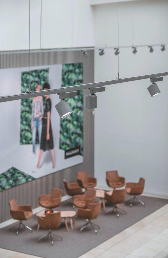 Leuchte Trigger Cafeteria von Lival in einem abgehängten Schienensystem