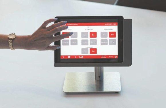 """Bedienung der Medientechnik in den Konferenzräumen 1 und 2 erfolgt über ein Apple iPad in einer viveroo """"free flex""""-Tischhalterung"""