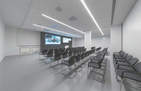 """Eyecatcher im """"großen Kursraum"""" ist eine 6,70 x 1,71 m messende LED-Wand."""