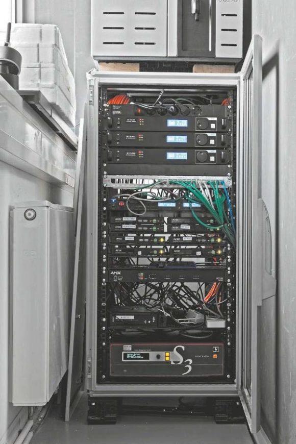 drei NovaStar MCTRL660 Display-Controller, ein CD/USB/SD-Player von Apart Audio, eine AMX NetLinx NX-2200 Mediensteuerung, mehrere AMX SVSI En- und Decoder, ein Barco S3-4K Bildprozessor sowie ein BrightSign-Player