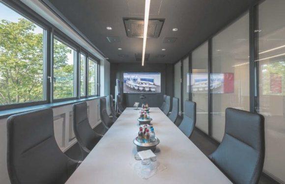 Gediegen wirken die Konferenzräume 1 und 2, die mit ihrem dunklen Interieur eine besondere Wirkung entfalten.