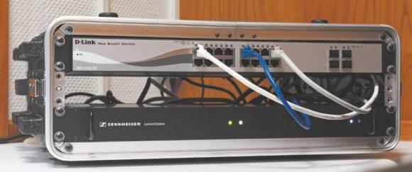 """Die Sennheiser ConnectStation und ein D-Link Switch im 19""""-Case"""