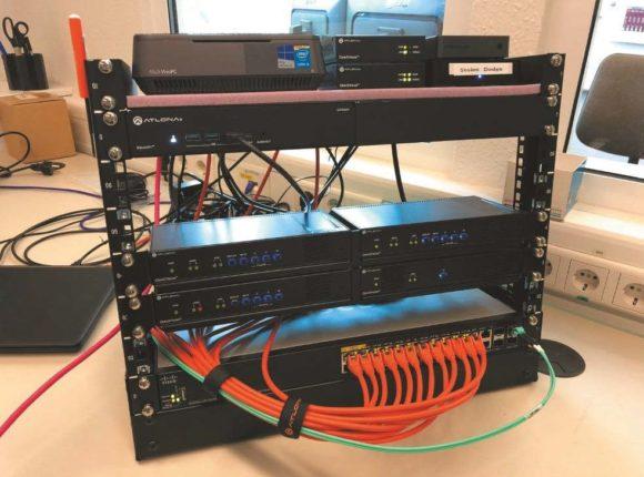 drei Zwei-Kanal-Dekoder mit Informationen aus zwei Videozuspielern, einem Mini-PC und ein Laptop