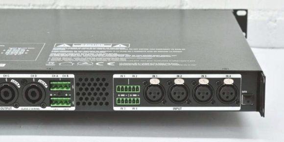 Die vier symmetrischen Eingänge des IAMPs mit XLR-Buchsen und Phoenix- Anschlüssen. Ganz rechts eine USB Buchse für Firmware Updates und zur Aktualisierung der Presets.