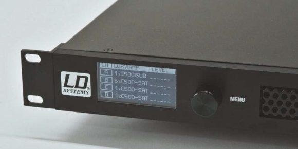 Bedieneinheit des vierkanaligen Systemverstarkers. Die Setups fur diverse Kombinationen des Curv 500 Systems sind bereits im integrierten DSP-System hinterlegt.