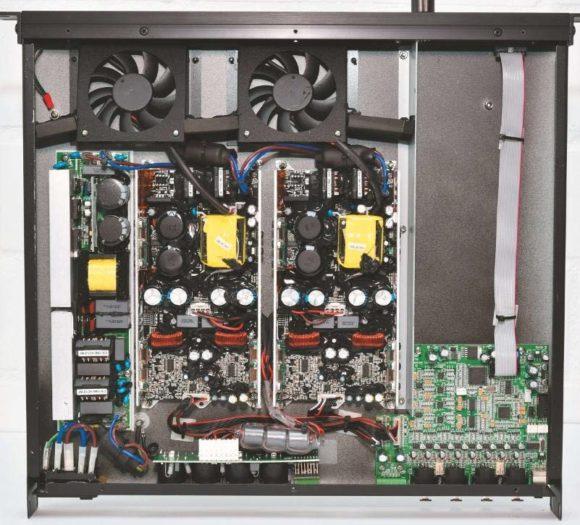 Innenansicht des IAMPs mit zwei jeweils zweikanaligen Endstufenmodulen, dem DSP-System rechts unten und der PFC (Power Factor Correction) ganz links im Bild.