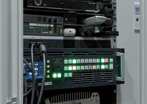 Extron IPCP Pro550 Steuerungsprozessor und Analog Way NeXtage 16 NXT - 1604-4K Seamless- Switcher