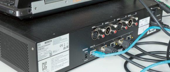 DCNM-APS2 DICENTIS Audio Powering Switch ist zentrale Audioprozessor- Hardware mit 2 x XLRIn/ Out, integriertem Ethernet- Switch und Stromversorgung