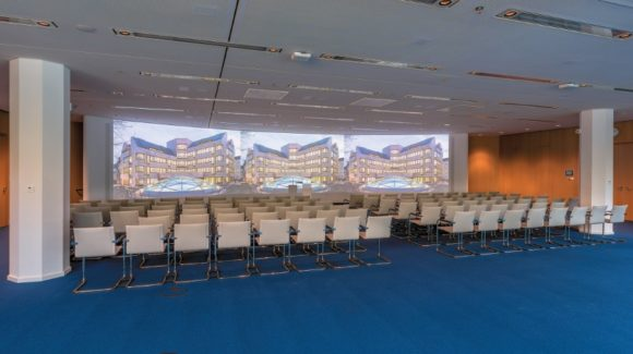 Schwungvoll gerundete Projektionsfläche im Saal Europe