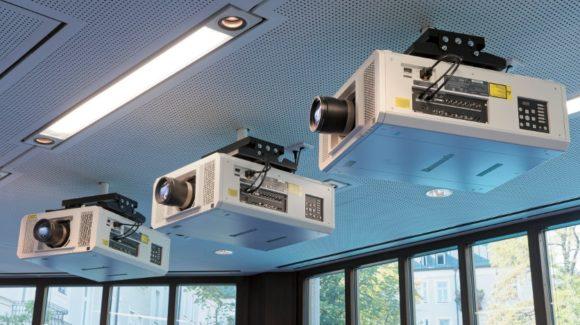Panasonic 3- Chip-DLP-Projektoren und flüssigkeitsgekühlte PTRZ12KE mit Laserlichtquellen
