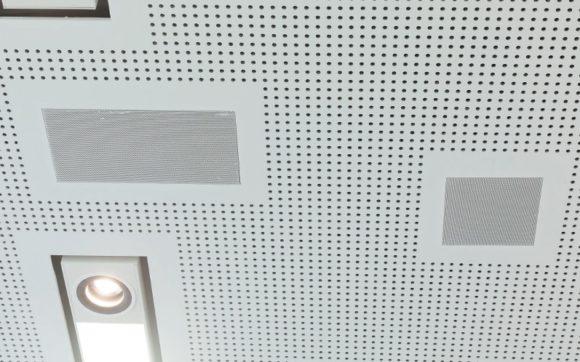 """Zweiwege-Deckeneinbaulautsprecher (lb DE-X 200 HQ Polar) und in die Decke integrierter Subwoofer (lb DE-X 300 SUB mit 2 x 6,5""""-Langhubchassis)"""