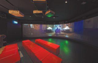 Geschwungene Projektionsfläche Digital Reality in der PANIK CITY