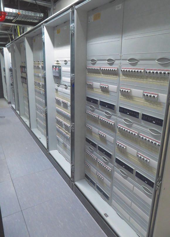 Unterverteilung für Audio, Video und Licht im zentralen Geräteraum im Theater Vanemuine