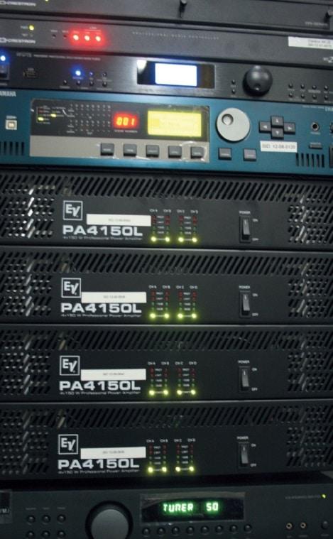 Insgesamt acht 4-Kanal-Endstufen von Electro-Voice übernehmen das Amping für die Zonenbeschallung