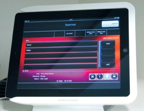 Per iPad können die Mitarbeiter an der Information auf die Musik zugreifen