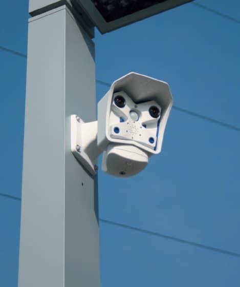 Eine der elf Dualkameras von Mobotix, die im Außenbereich rund um die Uhr alles im Blick haben