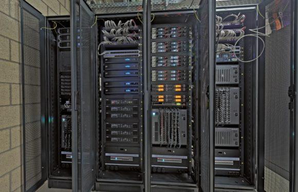 Prall gefüllte Racks in einem der Technikräume