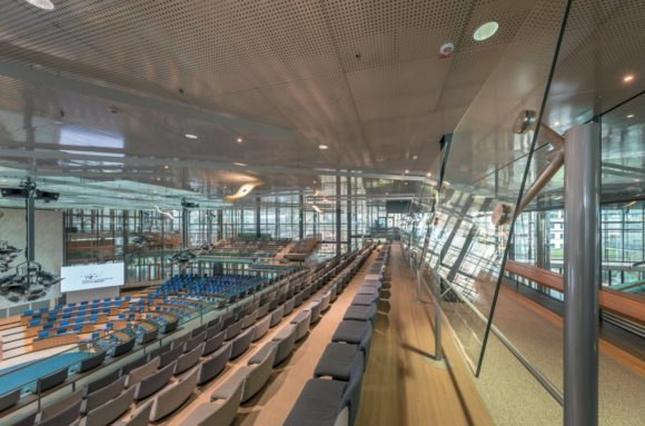 Bonner Plenarsaal mit transparenten Plexiglaspaneelen