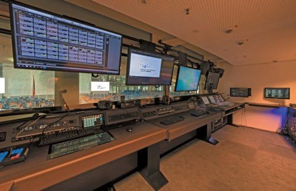 Regieraum mit Blick in den Plenarsaal