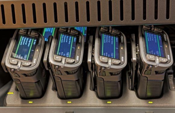 Mobil einsetzbare Riedel Bolero 6-Tasten DECT-Beltpacks (BL-BKP-1006-19-EU) in Ladegeräten