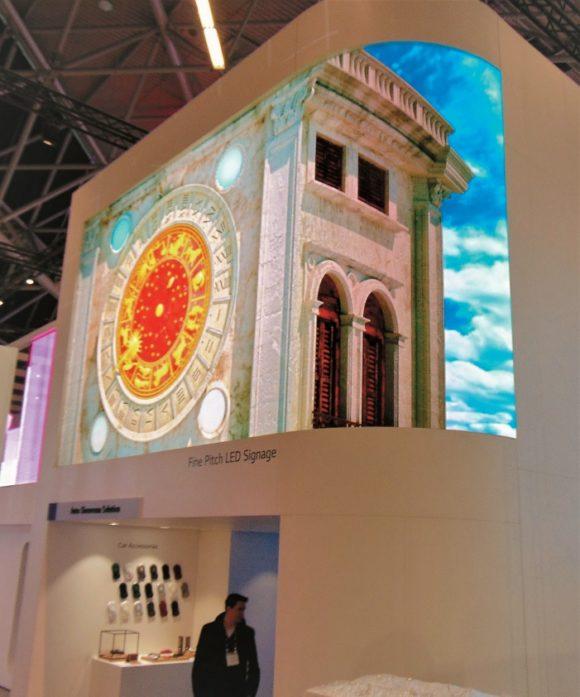 Standinstallation mit venezianischem Gebäude auf dem konkaven LAPEFine Pitch Display bei LGE