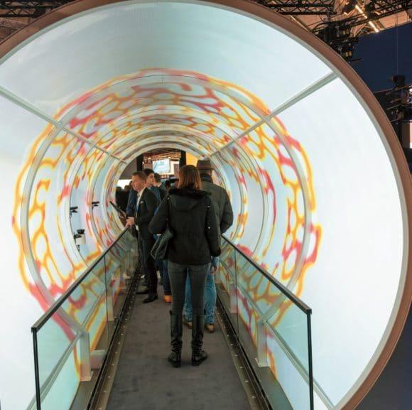 Interaktiver, begehbarer Vortex-Tunnel auf dem ISE-Stand von Epson