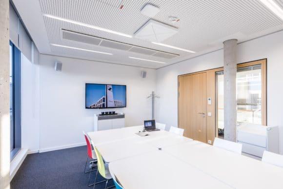TeamConnect Ceiling 2 in einem Konferenzraum bei Sennheiser